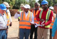 Aliou Diallo sur le site avec des experts et techniciens