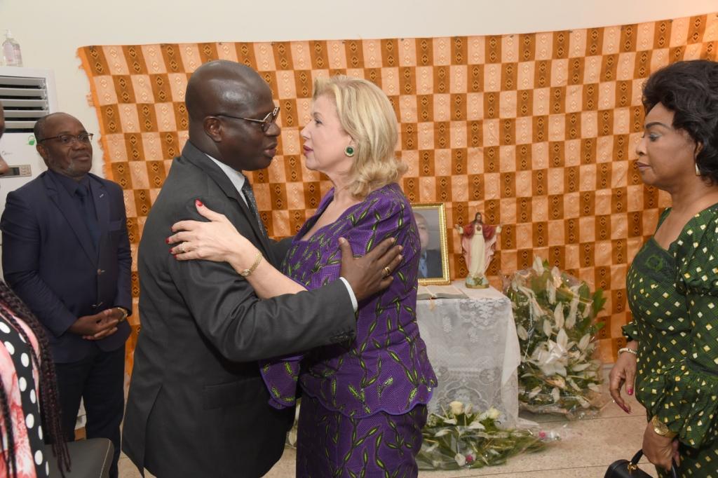 Frappée par les décès de leurs enfants: Dominique Ouattara aux côtés des ministres Tchagba Laurent et Essis Emmanuel | L'Intelligent d'Abidjan