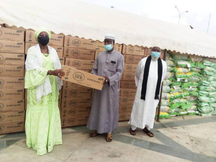 Ramadan 2021 Kandia Camara fait don de vivres aux musulmans d'Abobo au nom de la municipalité