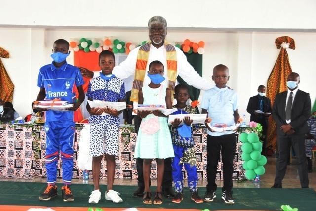 Le ministre gouverneur Mambé a dit à des élèves méritants de Songon, qu'à leur époque, leurs parents les obligeaient à réciter devant eux, leurs leçons