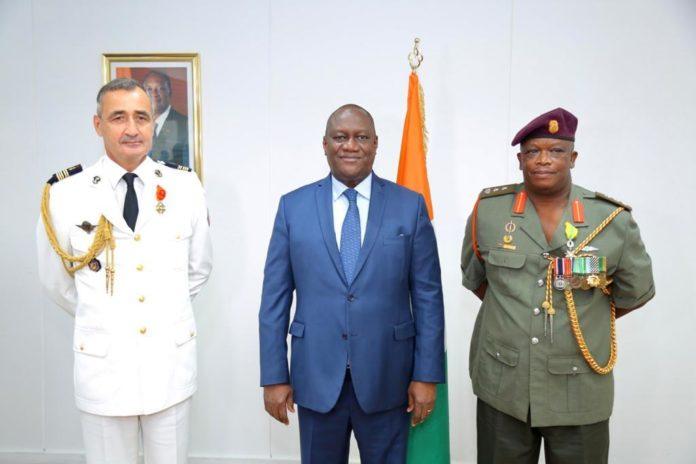 Le colonel Xavier Clochard, attaché de défense de la France et le colonel Kido Mancotywa, attaché de défense de l'Afrique du Sud sont en fin de mission en Côte d'Ivoire. Pour marquer leur départ
